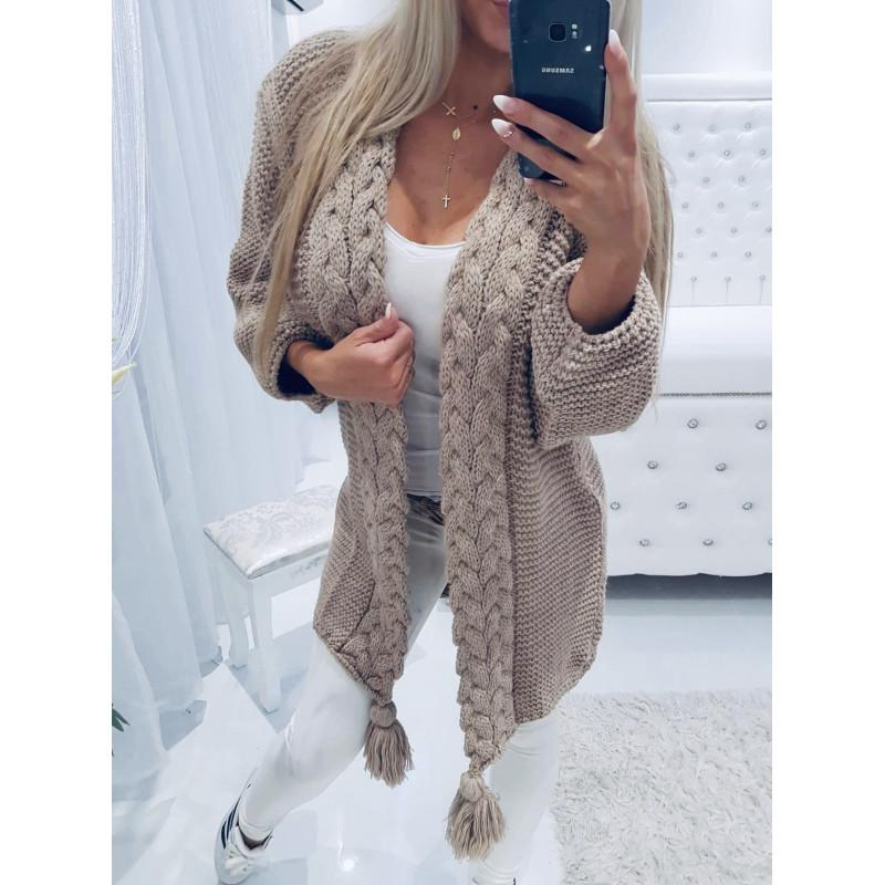 Béžový svetr s copánky